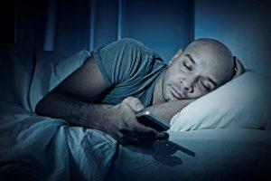Ein No go bei Schlafstörungen – sich die Zeit mit Handy vertreiben